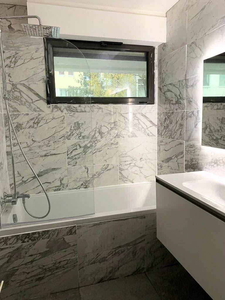 Exemple de Salle de bain en marbre sur Paris